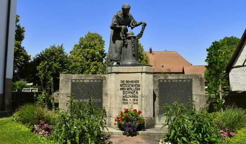 """Ehrenmal """"Trauernde Heimat"""" von Professor Curt Liebich, errichtet 1929"""