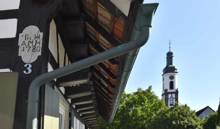 Fachwerkhaus mit Blick auf die Barockkirche