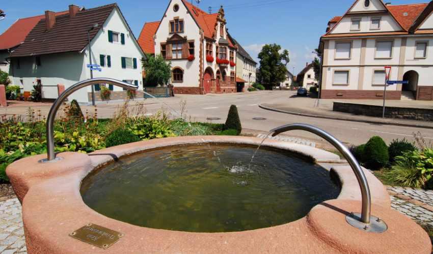 Brunnen Dorfplatz Kürzell