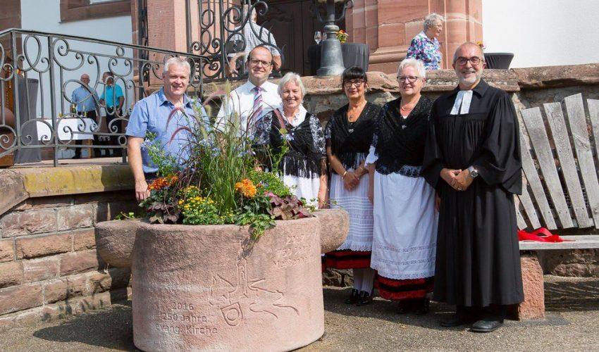 Offizielle Einweihung des Erinnerungssteines bei der Kirche